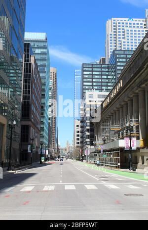 Nearly deserted Franklin Street in downtown Chicago during the COVID-19 shelter-in-place order on a sunny day - Stock Photo