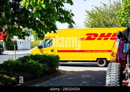 EIn Fahrzeug des Paketdienstleisters DHL liefert im Willicher Industriegebiet Pakete. Aktuell ist DHL wegen der Corona-Krise stark belastet.