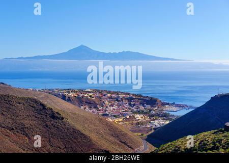 Spain, Province of Santa Cruz de Tenerife, SanSebastiandeLa Gomera, Coastal town with Tenerife island in distant background