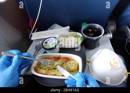 09.04.2020, Atlanta, Georgia, USA - Symbolic photo: Lunch on an air journey in times of the corona pandemic. 00S200409D299CAROEX.JPG [MODEL RELEASE: Y - Stock Photo