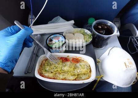 09.04.2020, Atlanta, Georgia, USA - Symbolic photo: Lunch on a flight during the Corona pandemic. 00S200409D298CAROEX.JPG [MODEL RELEASE: YES, PROPERT - Stock Photo