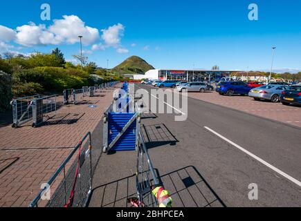 North Berwick, East Lothian, Scotland, United Kingdom. 27th April 2020. The local Tesco supermarket has a long barrier in place for shoppers to queue to enter the store, but it is completely empty - Stock Photo