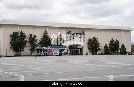 Berks County, Pennsylvania, USA, April 26, 2020- Barta bus pulls up to Boscov's Department store that is closed due to coronavirus. - Stock Photo