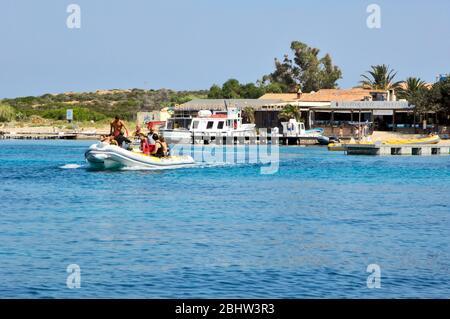 Schlauchboot vor Insel Tavolara, Sardinien, Italien, Europa, Mittelmeer - Stock Photo