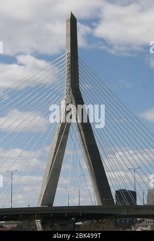 Blick auf eine berühmte Brücke im Zentrum von Boston in den USA