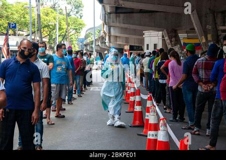 Kuala Lumpur, Malaysia. 5th May, 2020. Residents of Pudu Wet Market area queue to take COVID-19 test in Cheras, Kuala Lumpur, Malaysia, May 5, 2020. Malaysia reported 30 new COVID-19 cases on Tuesday, its lowest daily increase since the country implemented the movement control order on March 18. Credit: Chong Voon Chung/Xinhua/Alamy Live News - Stock Photo