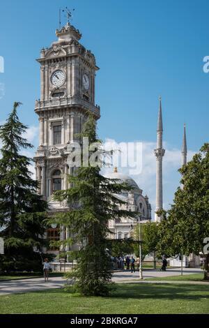 Turquie, Marmara, Istanbul, le palais de Dolmabahce du sultan Ottoman, la tour de l'horloge .. Turkey, Istanbul, Dolmabahce Palace of the Ottoman Sultan, the clock tower - Stock Photo