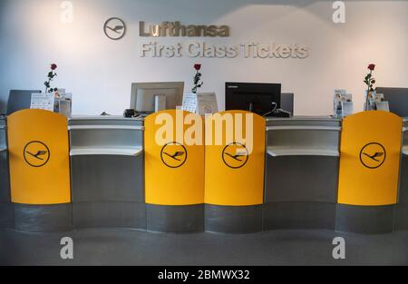 11 May 2020, Hessen, Frankfurt/Main: Red roses stand on the otherwise orphaned tables of Lufthansa First Class ticket sales at Frankfurt am Main Airport. Lufthansa has got into a massive financial imbalance as a result of the worldwide corona pandemic. Photo: Boris Roessler/dpa