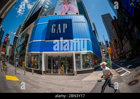 The closed Gap store in Times Square in New York on Thursday, May 7, 2020. The Gap announced that it plans to open up to 800 of its closed stores by the end of May. (© Richard B. Levine) - Stock Photo