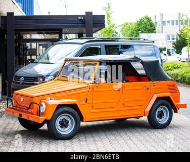 VW 181 Kübelwagen 'The Thing', dahinter ein VW Bus T6 in Offroad-Campingausführung Stock Photo