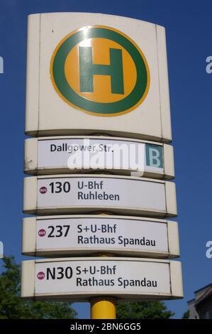 Die in Berlin-Spandau befindliche BVG-Bushaltestelle Dallgower Straße.