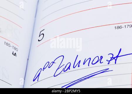 Ein Termin ist in einem Kalender eingetragen: Zahnarzt - Stock Photo
