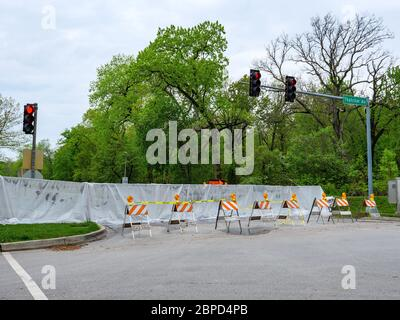 River Forest, Illinois, USA. 18th May 2020. A temporary barrier across Chicago Avenue holds the flooding Des Plaines River away from this western suburb of Chicago. - Stock Photo