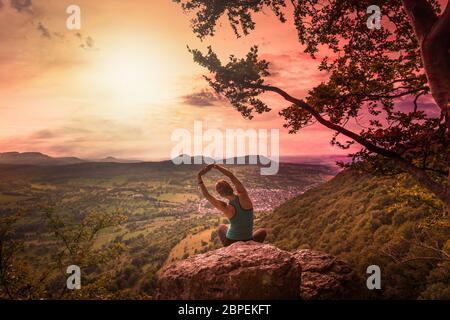 Junge Frau macht Yoga mit Ausicht auf die Schwäbische Alb