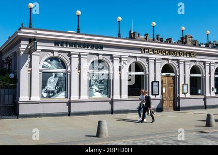 J D Wetherspoon pub The Booking Office on Waverley Bridge above Waverley Station in Edinburgh, Scotland, UK - Stock Photo