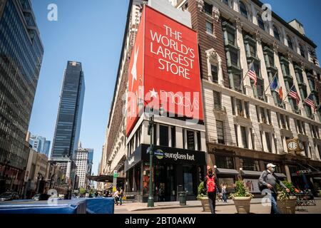 The closed Macy's in Herald Square in New York on Thursday, May 21, 2020. Macy's is reported to be in talks with New York City about opening up their flagship Herald Square store for curbside pickup. (© Richard B. Levine) - Stock Photo
