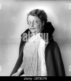 1930 ca, AMSTERDAM , HOLLAND : The Dutch Suffraggist, feminist and pacifist ROSETTE Rosa MANUS ( 1881 - 1942 ) . Photo by Jacob Merkelbach ( 1877 - 1942 ). From the rich jewish family of Amsterdam , in tobacco trade, was arrested in august 1941 by Nazist , and deported to Germany. She was transferred to Ravensbrück concentration camp  in October 1941 was  gassed at Bernburg in 1942 , in Nazi Euthanasia Centre  in a separate wing of the State Sanatorium and Mental Hospital . - OLOCAUSTO - OLOCAUST - SHOA VICTIM - VITTIMA STERMINIO EBRAICO - EBREO - EBREA - EBRAISMO - PACIFISTA - FEMMINISTA - FE - Stock Photo