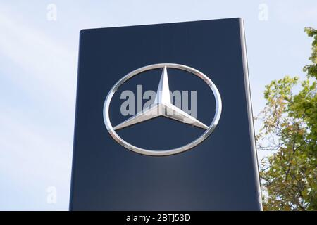 The Mercedes Benz logo in the UK - Stock Photo