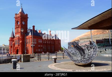 The Pierhead Building, Senedd (Welsh Assembly) Government Building and Merchant Seaman's war memorial, Cardiff Bay, Cardiff, Wales, UK. - Stock Photo