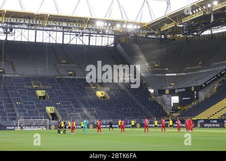 Dortmund, Germany, 26th May 2020  Minute to commemorate the victims of the corona pandemic in the football match  BORUSSIA DORTMUND - FC BAYERN MUENCHEN in 1. Bundesliga 2019/2020, matchday 28.  © Peter Schatz / Alamy Live News / Pool via Jürgen Fromme / firosportfoto   - DFL REGULATIONS PROHIBIT ANY USE OF PHOTOGRAPHS as IMAGE SEQUENCES and/or QUASI-VIDEO -   National and international News-Agencies OUT  Editorial Use ONLY - Stock Photo
