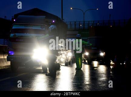 Karawang Barat, West Java, Indonesia. 27th May, 2020. KARAWANG, JAWA BARAT, MAY - 27: Officers turned the car was going to Jakarta on the Karawang Barat toll road exit, West Java, on May, 27, 2020. Hundreds of private cars headed for Jakarta were turned around 47 kilometers from the Jakarta-Cikampek toll road, because unable to show the entry and exit permit (SIKM) of Jakarta, according to Governor Regulation Number 47 of 2020 which requires SIKM to enter and exit DKI Jakarta. Dasril Roszandi Credit: Dasril Roszandi/ZUMA Wire/Alamy Live News - Stock Photo