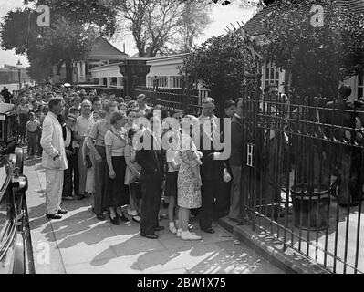 Long queue at Hammersmith open-air baths. Hundreds of people sought refuge from the heat at the Hammersmith open-air baths. A long queue waited for admission throughout the afternoon. Photo shows, the queue at Hammersmith baths. 29 May 1937 - Stock Photo