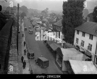 A mile of fair through streets of Amersham. Occupying the whole of the high Street and Broadway nearly a mile Amersham Fair has opened at Amersham, Bucks. The fair dates back to the time of King John. Photo shows, a general view of Amersham Fair, occupying the main Street. 20 September 1937 . - Stock Photo