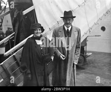 Earl and Countess of Clarendon arrive in London for six months leave . 16 September 1935 - Stock Photo