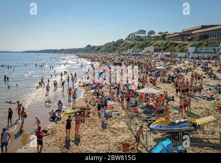 Bournemouth, UK. 30th May 2020. Bournemouth, UK.  Thousands of people descend on Bournemouth beach, many ignoring social distancing rules and crowding the beach and sea. Credit: Thomas Faull/Alamy Live News - Stock Photo