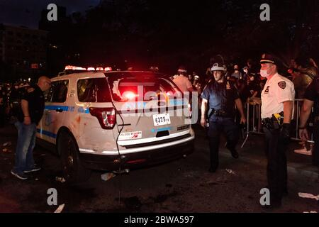 New York, USA. 30 May, 2020. NYPD officers inspect an NYPD vehicle that was vandalized by protestors on May 30, 2020, in New York City. (Photo by Gabriele Holtermann/Sipa USA) Credit: Sipa USA/Alamy Live News - Stock Photo