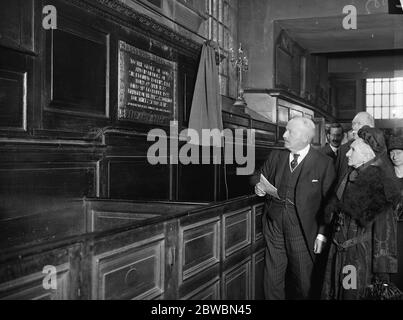 Fleet Street Memorial to Sir Edmund Robbins Viscount Burnham unveiled a memorial to the late Sir Edmund Robbins at St Brides Church Fleet Street , London Lord Burnhamand Lady Robbins looking at the memorial tablets after the unveiling 9 May 1923 - Stock Photo