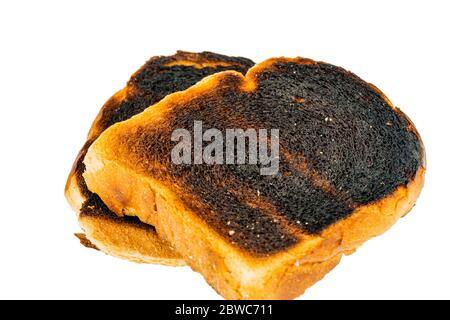 Toastbrot wurde beim toasten verbrannt. Verbrannte Toastscheiben beim Fruehstueck.