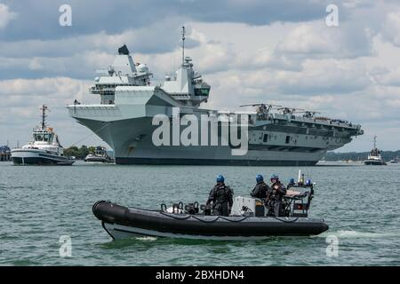 The Royal Navy aircraft carrier HMS Queen Elizabeth (R08) leaving Portsmouth, UK on the 7th June 2020 to take part in Exercise Crimson Ocean which will see the ship operate with F-35B Lightning II aircraft from 617 Squadron (The Dambusters). - Stock Photo