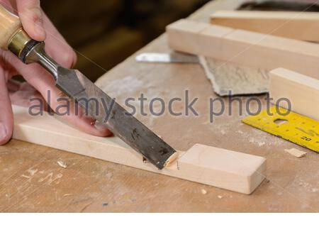 Facharbeiter arbeitet dem Holzwerkzeug Stemmeisen - Nahaufnahme - Stock Photo