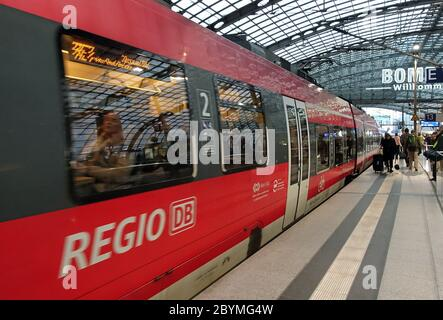 28.02.2020, Berlin, Saxony, Germany - Regional express of line 3 in the main station. 00S200228D382CAROEX.JPG [MODEL RELEASE: NO, PROPERTY RELEASE: NO