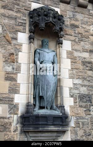 William Wallace statue at the right side of the entrance to Edinburgh Castle, Castle Rock, Edinburgh, Scotland, UK, 2017 - Stock Photo