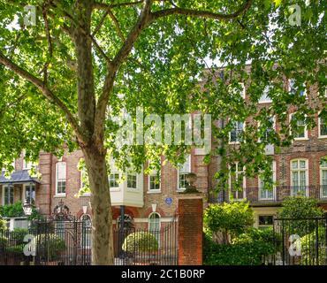 LCC Blue Plaque marking the home of Dante Gabriel Rossetti, poet and painter and Algernon Charles Swinburne, poet, at 16 Cheyne Walk, London SW3 5RA - Stock Photo