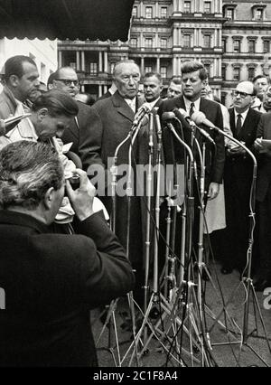 Unity in front of the press - behind closed doors differences of opinion: Federal Chancellor Konrad Adenauer and US President John F. Kennedy in Washi