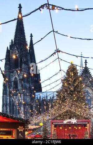Christmas market at Cologne Cathedral, Cologne, North Rhine-Westfalia, Germany, Europe - Stock Photo