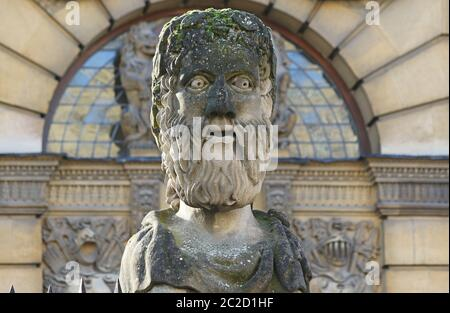 One of 17 different carved heads outside the Sheldonian Theatre and history of science museum in Oxford called Emperor Heads but probably philosophers - Stock Photo