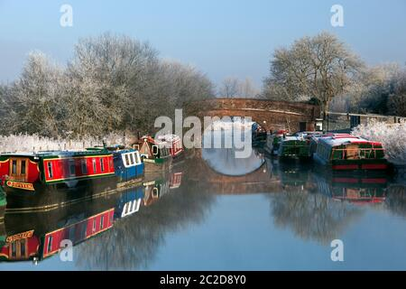 Kennet and Avon Canal with moored narrowboats on frosty winter morning - Stock Photo