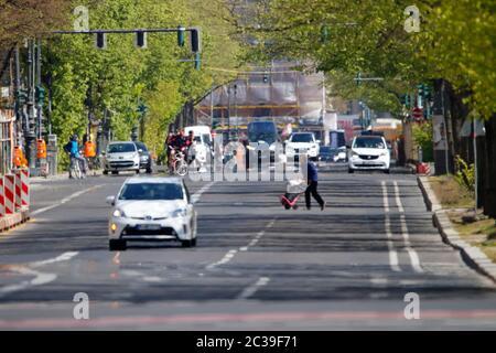der fast menschenleere Boulevard Unter den Linden in Zeiten der Coronavirus-Epidemie, 2. April 2020, Berlin/ the almost idle and empty boulevard stree