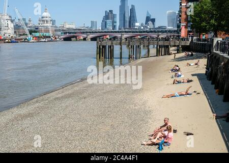 London - South Bank - 25th June 2020 - Londoners enjoying the heatwave on the River Thames - Photographer : Brian Duffy - Stock Photo