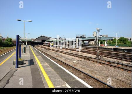 Looking east along platform 3. 220030 stands at platform 5 with two unidentifed H.S.T. power cars also visible on the right. - Stock Photo