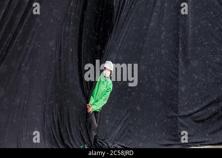 Berlin, Germany. 01st July, 2020. 01.07.2020, Berlin, Greenpeace activists have covered the Konrad-Adenauer-Haus, the federal office of the CDU in Klingelhoferstrasse, in black cloth. With this campaign, the non-profit organization wants to draw attention to dirty coal deals from the grand coalition with the coal industry, which are questioning compliance with the Paris climate agreement.   usage worldwide Credit: dpa/Alamy Live News - Stock Photo