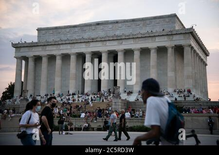 Washington, USA. 04th July, 2020. A general view of the Lincoln Memorial at dusk in Washington, DC, during President Trump's Salute to America Independence Day celebration, on July 4, 2020, amid the coronavirus pandemic. Following a divisive speech by Trump at Mt. Rushmore the night before and weeks-long protests nationwide, the President's Salute to America celebration went forward despite CDC warnings and numerous objections from local officials. (Graeme Sloan/Sipa USA) Credit: Sipa USA/Alamy Live News - Stock Photo