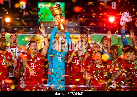 04.07.2020, xkvx, Fussball DFB Pokal Finale, Bayer 04 Leverkusen - FC Bayern Muenchen emspor, v.l. Bayern Spieler jubeln / jubelt nach Spielende / celebrate at the end of the match mit dem Pokal Manuel Neuer (FC Bayern Muenchen)  Foto: Kevin Voigt/Jan Huebner/Pool  (DFL/DFB REGULATIONS PROHIBIT ANY USE OF PHOTOGRAPHS as IMAGE SEQUENCES and/or QUASI-VIDEO - Editorial Use ONLY, National and International News Agencies OUT) - Stock Photo