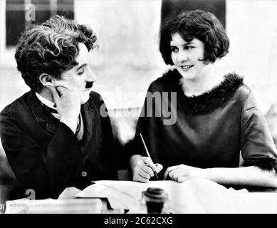 CHARLIE CHAPLIN and his new leading lady 15 year old LITA GREY signing contract to appear in THE GOLD RUSH 1925 director / writer CHARLES CHAPLIN Charles Chaplin Productions / United Artists - Stock Photo