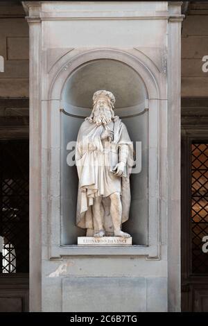 Statue of leonardo da vinci in the loggiato of the uffizi gallery in florence, tuscany, italy. - Stock Photo