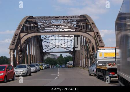 Die Schulenburgbrücke überquert die Havel im Ortsteil Tiefwerder in Berlin-Spandau.